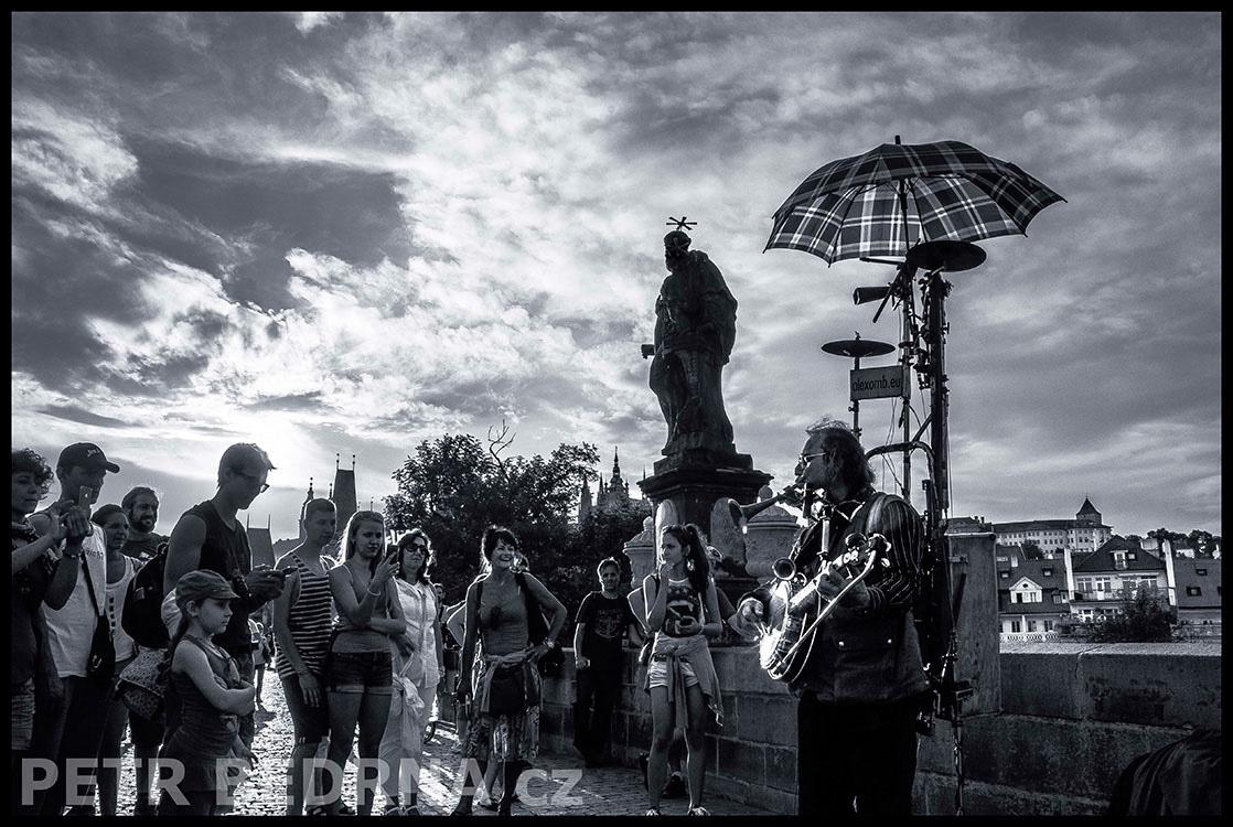 T, Alexomb, busking, Karlův mos, 2014, Alexandr Zoltán, na mostě, Praha(2)