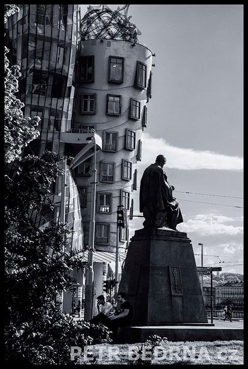 Pomník Aloise Jiráska, Tančící dům, 2014, Autoři Karel Pokorný a Jaroslav Frágner, Praha